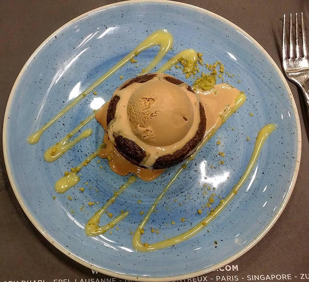 Moelleux Chocolat, ou seja,  bolo mole de chocolate com gelado de caramelo salgado...