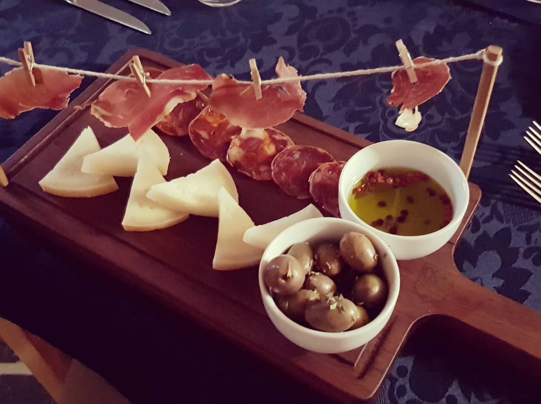 Tábua de queijo de ovelha da herdade , chouriço de porco preto, presunto desidratado, azeitonas e azeite da herdade. 5☆