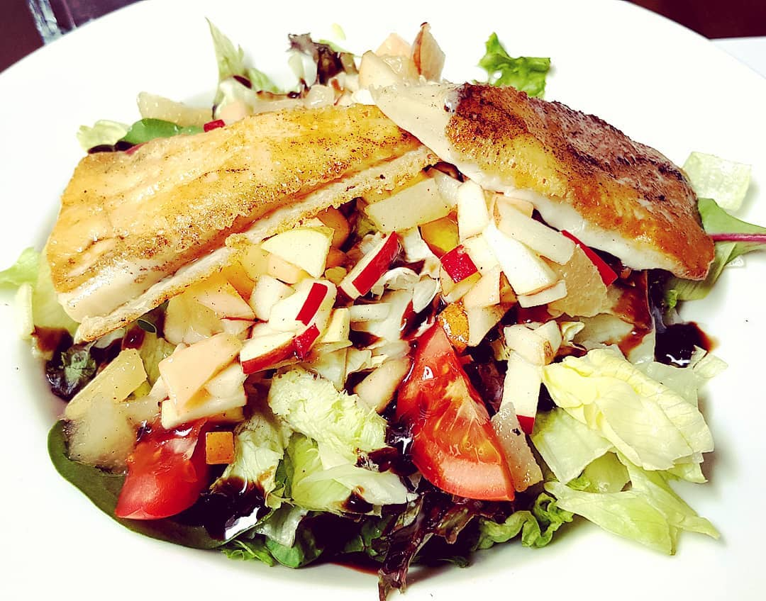 Goat cheese salad in season fruit bed out sea... salada de queijo de cabra com fruta da época.