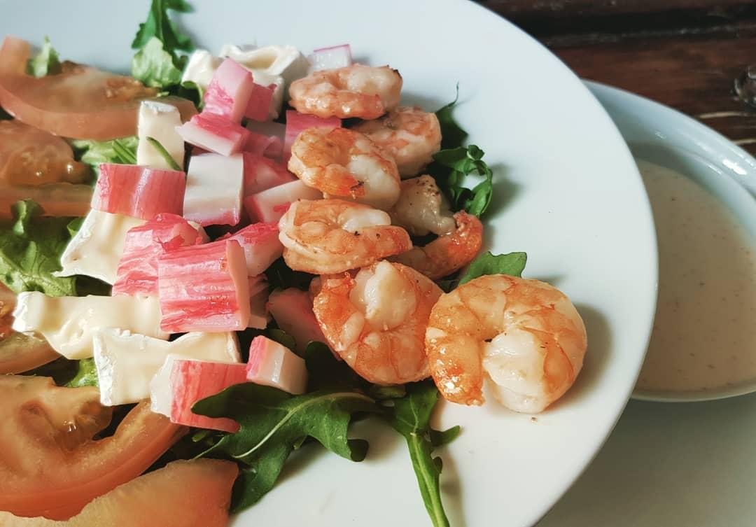 Comida saudável!  Salada de camarão com queijo brie.