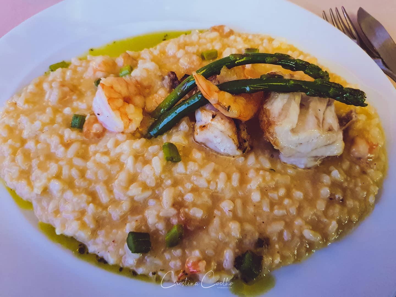 Corvina com risoto de camarão.  Um jantar especial num dia especial.